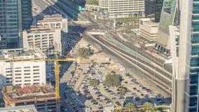 Luxus-Dubai-Jachthafenkanal mit dem F?hren von Booten und von Promenade timelapse, Dubai, Arabische Emirate stock footage
