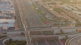 Luxus- Dubai-Jachthafenkanal mit dem F?hren von Booten und von Promenadennacht-timelapse, Dubai, Arabische Emirate stock video