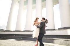 Luxus heiratete die Hochzeitspaare, -braut und -bräutigam, die in der alten Stadt aufwerfen lizenzfreie stockfotos