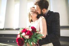 Luxus heiratete die Hochzeitspaare, -braut und -bräutigam, die in der alten Stadt aufwerfen stockfotografie