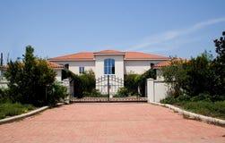 Luxus mit einem Gatter geversehene Villa Lizenzfreie Stockfotografie