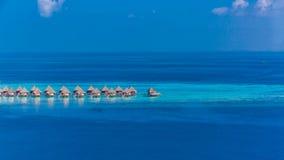 Luxus-Resort-Insel in Malediven mit Wasserbungalowhintergrund und blauer Seehimmelvogelperspektive stockfotografie