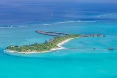 Luxus-Resort-Insel in Malediven mit Wasserbungalowhintergrund und blauer Seehimmelvogelperspektive stockbilder