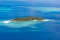 Luxus-Resort-Insel in Malediven mit Wasserbungalowhintergrund und blauer Seehimmelvogelperspektive lizenzfreies stockfoto