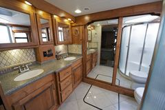 Luxus-RV-Badezimmer lizenzfreie stockbilder