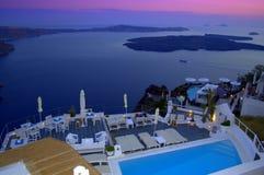 Luxus in Santorini an der Dämmerung und an der Ansicht des Kessels Lizenzfreie Stockfotos