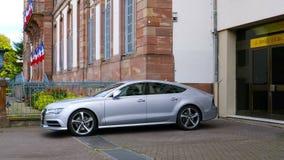 Luxus-silbernes Audis A8 Parkplatz in der Stadt stock video footage