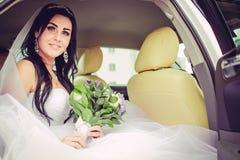 Luxus- und glückliche Braut in einer Stadt lizenzfreies stockbild
