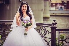 Luxus- und glückliche Braut in einer Stadt stockfotografie