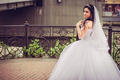 Luxus- und glückliche Braut in einer Stadt stockbilder