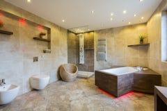 Luxus- und moderner Badezimmerinnenraum Stockfotografie
