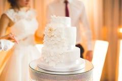 Luxus verzierte Hochzeitstorte auf dem Tisch lizenzfreie stockbilder