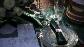 Luxus verzierter Hochzeitstafelabschluß oben Tabelle diente mit silbernem Tischbesteck in der rustikalen Art stock footage