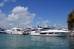 Luxus- weiße Bewegungs-Yachten machten an einem Jachthafen in Südost-Florida fest stockfoto