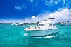 Luxus-yatch im schönen Ozean Lizenzfreies Stockfoto
