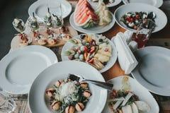 Luxusabendessen auf dem Tisch gedient Stockbilder