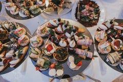 Luxusabendessen auf dem Tisch gedient Stockbild