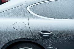 Luxusauto unter Schnee Lizenzfreie Stockfotos