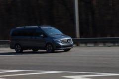 Luxusautosilber Mercedes Benz Viano, die auf leere Landstraße beschleunigt lizenzfreie stockfotos