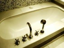 Luxusbadezimmer-Badewannebeschläge Stockfotos
