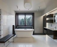 Luxusbadezimmerinnenraum lizenzfreies stockfoto