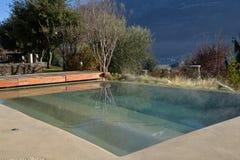 Luxusberghotel, Swimmingpool im Freien stockfotos