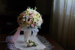 Luxusblumenstrauß der wunderbaren Hochzeit von verschiedenen Blumen lizenzfreies stockbild
