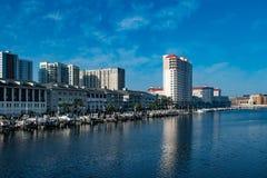 Luxusboote auf Hafen-Insel Dockside auf Sonnenaufganghintergrund 1 lizenzfreies stockbild