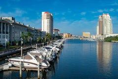 Luxusboote in Hafen-Insel Dockside auf hellblauem Himmelhintergrund 3 stockbild