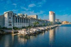 Luxusboote in Hafen-Insel Dockside auf hellblauem Himmelhintergrund 4 stockfotos