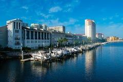 Luxusboote in Hafen-Insel Dockside auf hellblauem Himmelhintergrund 6 stockbilder