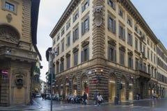 Luxusboutiquen entlang Florenz prestigevoll über De 'Tornabuoni lizenzfreies stockbild