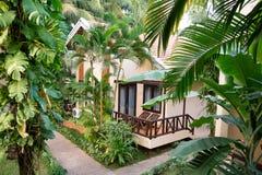 Luxusbungalow in einem tropischen Garten stockbilder