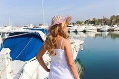 Luxusdame genießen an den Yachten Lizenzfreie Stockfotos
