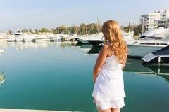 Luxusdame genießen an den Yachten Stockfotografie