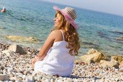 Luxusdame genießen am Strand Stockfotografie