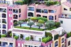 Luxusebenen mit üppigen Dachgärten lizenzfreie stockbilder