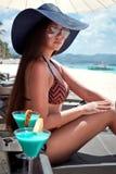 Luxusferien für Frau. Weißer tropischer Strand. lizenzfreies stockfoto