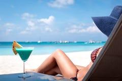 Luxusferien für Frau. Weißer tropischer Strand. stockfoto