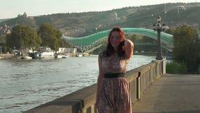 Luxusfrau, die am sonnigen Tag in der Zeitlupe geht Abschluss oben stock video footage