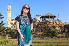 Luxusfrau genießen am Palastgarten Lizenzfreies Stockfoto