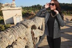 Luxusfrau genießen am Park Lizenzfreies Stockbild