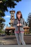 Luxusfrau genießen am Park Lizenzfreies Stockfoto