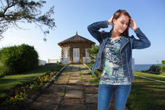 Luxusfrau genießen zu Hause Garten Stockbilder