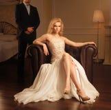 Luxusfrau im reichen Innenraum Stockfoto
