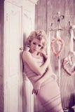 Luxusfrau Junge moderne dünne hübsche Frau im Schlafzimmer Stockbilder