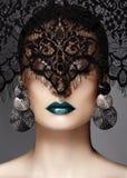 Luxusfrau mit feiern Mode-Make-up, silberne Ohrringe, schwarzer Spitzeschleier Halloween- oder Weihnachtsart Lippenmake-up stockfotografie