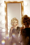 Luxusfrau mit und Spiegel Lizenzfreie Stockfotos