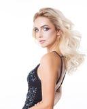 Luxusfrauenporträt mit perfekter gewellter Frisur, frischer Haut und Make-up Blond abend studio Stockbilder