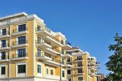 Luxusgebäude mit blauem Himmel Stockfoto